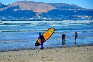 Surfer am Strand bei Kapstadt