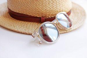 Urlaubsutensilien-Sonnenhut-Sonnenbrille